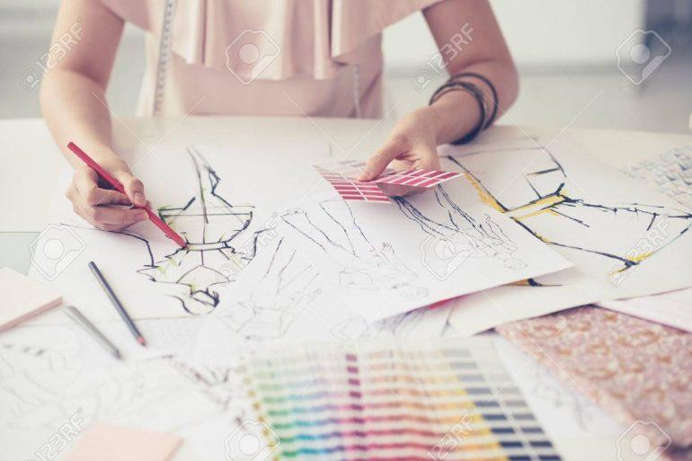 58783725 Diseñador De Moda Trabajando En Sus Diseños En El Estudio Dia Del Diseñador De Indumentaria Y Textil