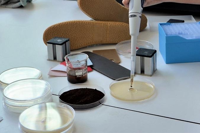 Cientificos Investigando Las Propiedades Del Cafe Los Materiales Para El Nuevo Calzado Ecològico - Moda Sostenible