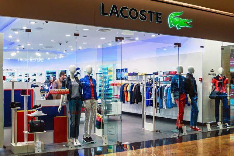 Ventanas De La Tienda De Lacoste En Un Centro Comercial Moscú 38870250 Empresa Textil Amplía Su Capacidad Productiva En Su Planta Industrial De San Juan - Empresas Textiles